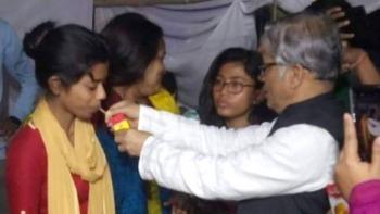 অনশন ভাঙলেন ঢাকা বিশ্ববিদ্যালয়ের শিক্ষার্থীরা
